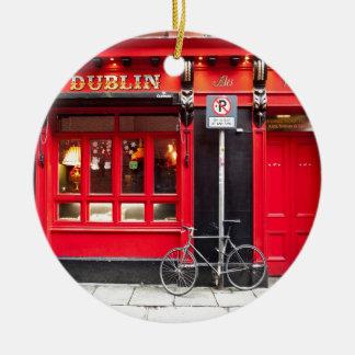Ornement Rond En Céramique Pub rouge de Dublin