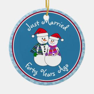 Ornement Rond En Céramique quarantième Noël de couples de neige d'amusement