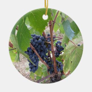 Ornement Rond En Céramique Raisins rouges sur la vigne avec le feuille vert