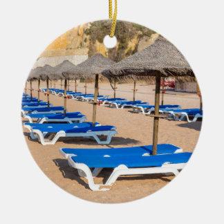 Ornement Rond En Céramique Rangées des parasols et de la plage en osier