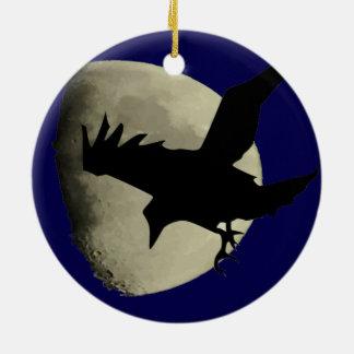 Ornement Rond En Céramique Raven volant à travers la lune