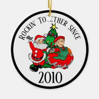 Ornement Rond En Céramique Rockin couple ensemble l'arbre et le Père Noël de