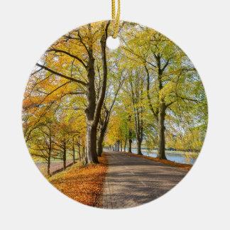 Ornement Rond En Céramique Route néerlandaise avec des arbres de hêtre dans