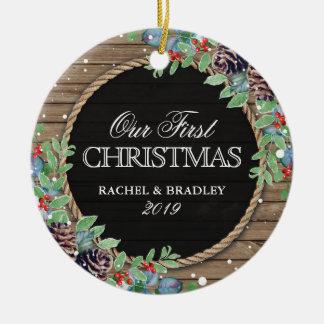 Ornement Rond En Céramique Rustique personnalisé notre premier hiver de Noël