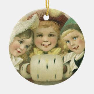 Ornement Rond En Céramique Soeurs vintages de Noël, enfants victoriens