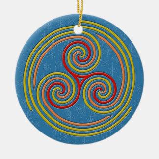 Ornement Rond En Céramique Spirale multi en pastel sur le bleu et les flocons