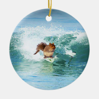 Ornement Rond En Céramique Surfer d'écureuil sur la mer