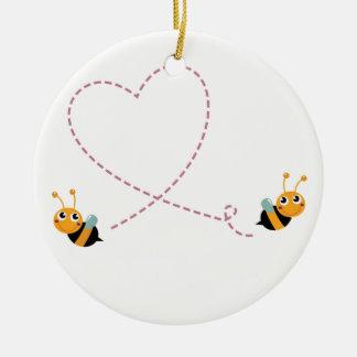 Ornement Rond En Céramique T-shirt de CONCEPTEURS avec des abeilles d'amour