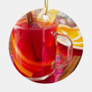 Ornement Rond En Céramique Tasse transparente avec du vin chaud d'agrume,