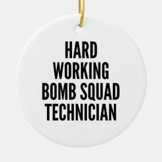 Ornement Rond En Céramique Technicien travaillant dur d'escadron de la mort