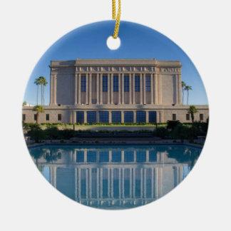 Ornement Rond En Céramique Temple de MESA se reflétant dans une piscine bleue