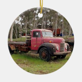 Ornement Rond En Céramique Vieux camion rouge