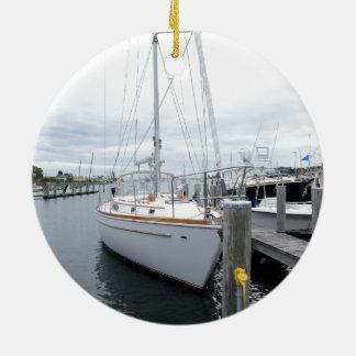 Ornement Rond En Céramique voilier dans le port