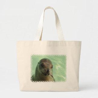 Otarie avec le sac de toile de poissons