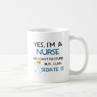OUI, je suis UNE INFIRMIÈRE - NE PEUT PAS FIXER Mug