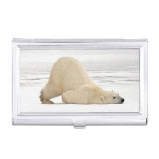 Ours blanc se rayant sur la toundra congelée étui pour cartes de visite
