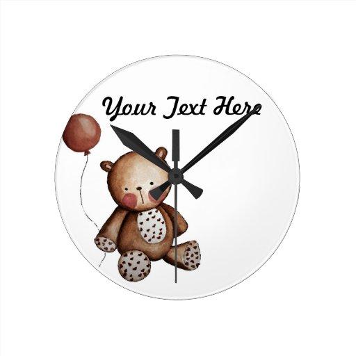 Ours de bébé avec l'horloge murale de ballon
