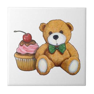 Ours de nounours avec le petit gâteau rose, petit carreau carré