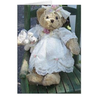 Ours de nounours dans la robe avec des cartes pour