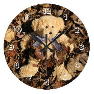 Ours de nounours et une grande pile de feuille pendule murale