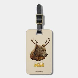 Ours drôle frais de cerfs communs de bière avec étiquette à bagage