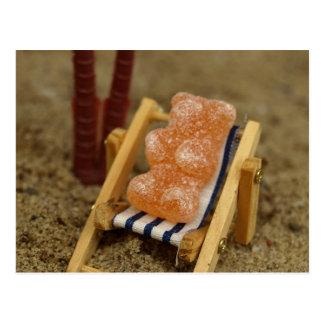 Ours gommeux détendant sur la plage carte postale
