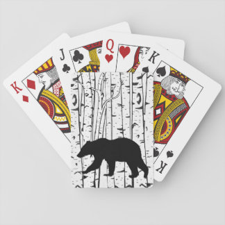 Ours noir dans des cartes de jeu d'arbres de cartes à jouer