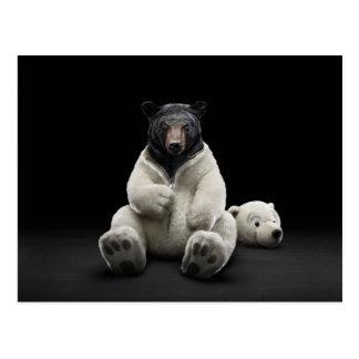 Ours noir utilisant le costume d'ours blanc carte postale