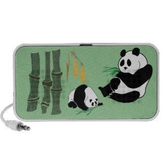Ours panda mignons mère et bébé sur le haut-parleur notebook