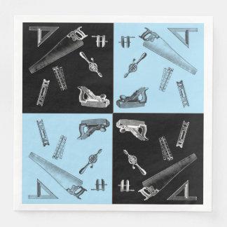 Outils de menuiserie dans des tuiles bleues et serviette en papier