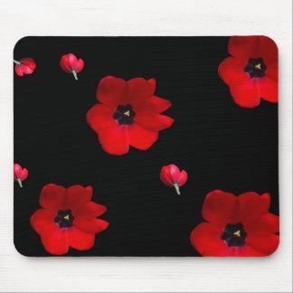 Ouvrez les tulipes rouges sur le tapis de souris