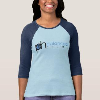 p.h. films et femmes équilibrés dans le T-shirt de