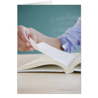 Page de rotation de main dans le livre cartes