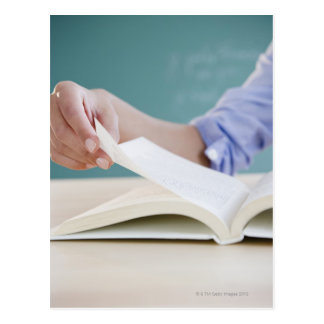Page de rotation de main dans le livre cartes postales
