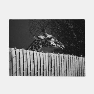 Paillasson Girafe derrière la photographie noire et blanche