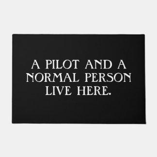 Paillasson Un pilote et une personne normale vivants ici.