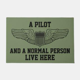 Paillasson Un pilote et une personne normale vivants s'envole