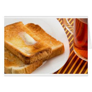 Pain grillé chaud avec du beurre d'un plat blanc cartes