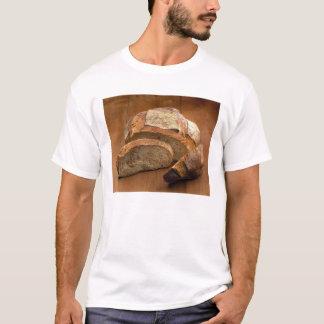 Pain rond de style campagnard coupé dans les t-shirt