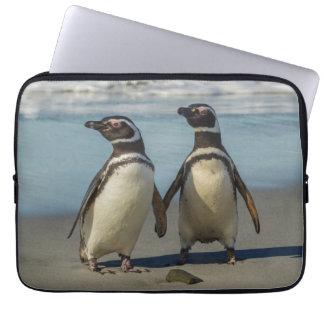 Paires de pingouins sur la plage housse ordinateur