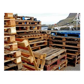 Palettes en bois sur la carte postale de dock