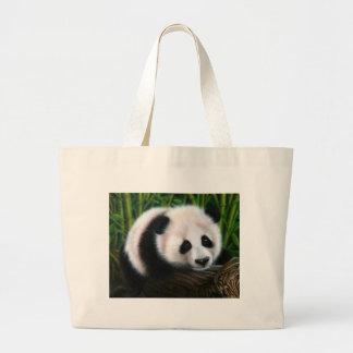 Panda de bébé équilibrant sur un rondin grand sac