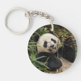 Panda mignon mangeant le bambou porte-clé rond en acrylique double face