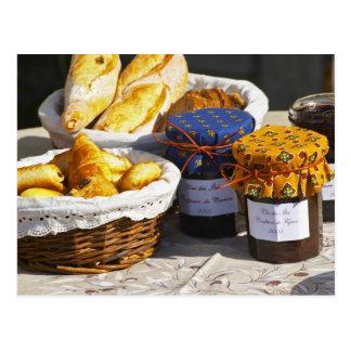 Panier avec des croissants et des pains de carte postale