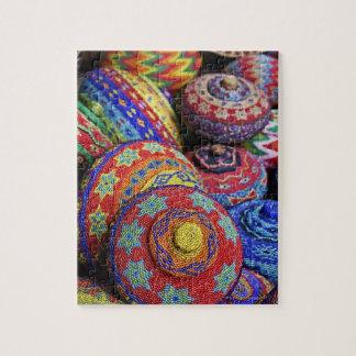 Paniers colorés faits à partir des perles en plast puzzle