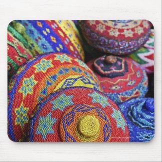 Paniers colorés faits à partir des perles en plast tapis de souris