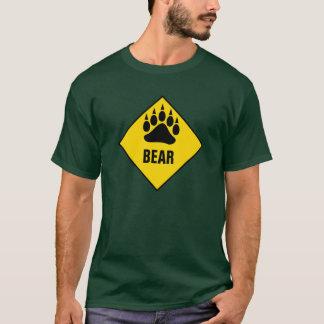 Panneau routier gai de jaune de patte d'ours t-shirt