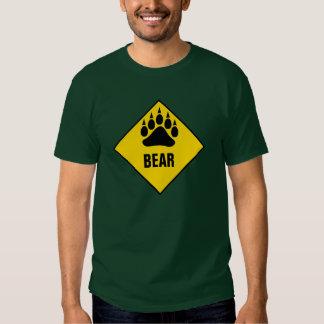 Panneau routier gai de jaune de patte d'ours t-shirts