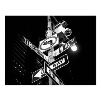 Panneaux routiers de Times Square en noir et blanc Carte Postale