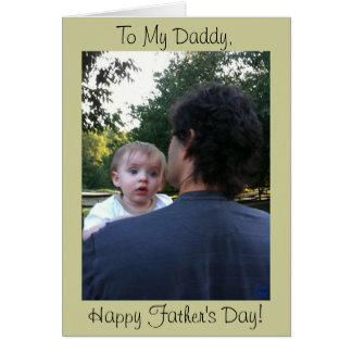 Papa tenant la carte de fête des pères de bébé de